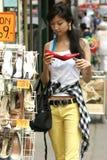 Mujer joven con gran alegría al comprar zapatos Imágenes de archivo libres de regalías