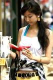 Mujer joven con gran alegría al comprar zapatos Fotos de archivo libres de regalías