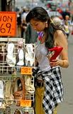 Mujer joven con gran alegría al comprar zapatos Imagen de archivo libre de regalías