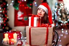 Mujer joven con la actual caja en la Navidad Fotografía de archivo
