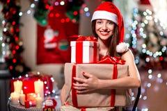 Mujer joven con la actual caja en la Navidad Imagen de archivo