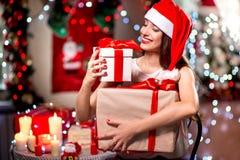 Mujer joven con la actual caja en la Navidad Fotos de archivo libres de regalías