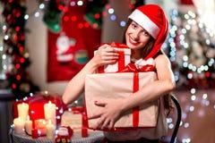 Mujer joven con la actual caja en la Navidad Fotos de archivo