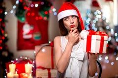 Mujer joven con la actual caja en la Navidad Foto de archivo
