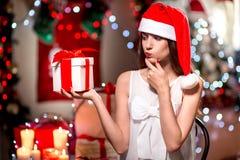 Mujer joven con la actual caja en la Navidad Imagen de archivo libre de regalías