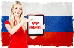 Mujer joven con la bandera nacional rusa Imagenes de archivo