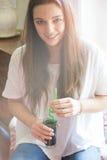 Mujer joven con la bebida de restauración Imagen de archivo