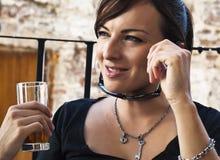Mujer joven con la bebida por vacaciones de verano Foto de archivo