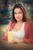Mujer joven con la bebida sabrosa de la limonada afuera Fotos de archivo libres de regalías