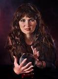 Mujer joven con la bola cristalina. Fotos de archivo