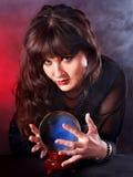 Mujer joven con la bola cristalina. Foto de archivo