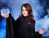 Mujer joven con la bola cristalina. Imágenes de archivo libres de regalías