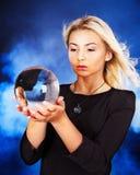 Mujer joven con la bola cristalina. imagen de archivo libre de regalías