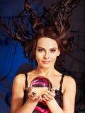 Mujer joven con la bola de cristal. Imágenes de archivo libres de regalías