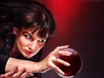 Mujer joven con la bola de cristal. Fotografía de archivo libre de regalías