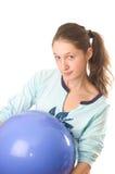 Mujer joven con la bola de la aptitud Fotografía de archivo