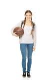 Mujer joven con la bola de la cesta Fotografía de archivo