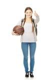 Mujer joven con la bola de la cesta Foto de archivo