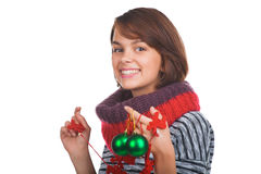 Mujer joven con la bola de la Navidad Foto de archivo libre de regalías