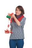Mujer joven con la bola de la Navidad Fotos de archivo libres de regalías