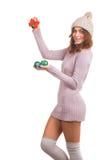 Mujer joven con la bola de la Navidad imagenes de archivo
