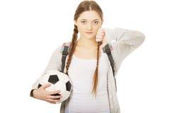 Mujer joven con la bola del pie Fotos de archivo libres de regalías