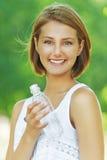 Mujer joven con la botella de agua Imágenes de archivo libres de regalías