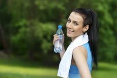 Mujer joven con la botella de agua Fotos de archivo libres de regalías