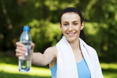 Mujer joven con la botella de agua Imagenes de archivo