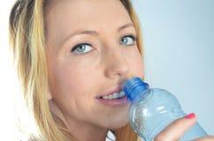 Mujer joven con la botella de agua Fotos de archivo