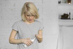 Mujer joven con la botella de agua inmóvil Imágenes de archivo libres de regalías