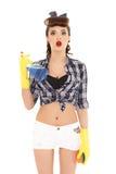 Mujer joven con la botella y la esponja del aerosol imágenes de archivo libres de regalías