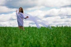 Mujer joven con la bufanda fotos de archivo libres de regalías