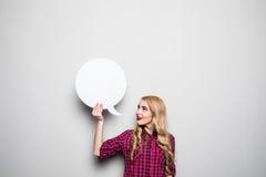 Mujer joven con la burbuja del discurso en fondo gris Imágenes de archivo libres de regalías