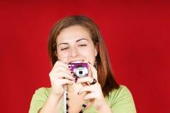 Mujer joven con la cámara Fotos de archivo libres de regalías