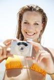 Mujer joven con la cámara Fotos de archivo