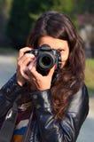 Mujer joven con la cámara de DSLR Fotos de archivo