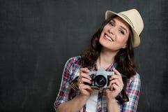 Mujer joven con la cámara de la vendimia imagen de archivo