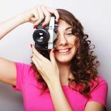 Mujer joven con la cámara de la vendimia Fotos de archivo