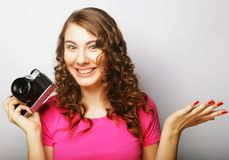 Mujer joven con la cámara de la vendimia Fotografía de archivo