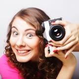 Mujer joven con la cámara de la vendimia Foto de archivo