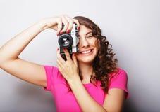 Mujer joven con la cámara de la vendimia Imágenes de archivo libres de regalías