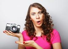 Mujer joven con la cámara de la vendimia Fotos de archivo libres de regalías