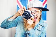 Mujer joven con la cámara retra Foto de archivo libre de regalías
