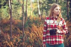 Mujer joven con la cámara retra de la foto al aire libre Imagenes de archivo