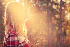 Mujer joven con la cámara retra de la foto que toma el tiro del selfie Imagenes de archivo