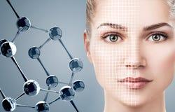 Mujer joven con la cadena blanca grande de la molécula Imagen de archivo