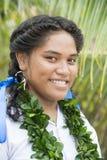 Mujer joven con la cadena de hojas frescas Fotografía de archivo libre de regalías
