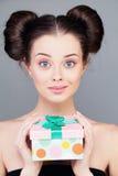 Mujer joven con la caja de regalo fotografía de archivo