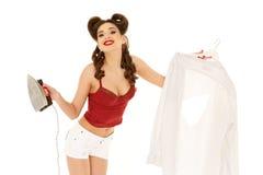 Mujer joven con la camisa y el hierro fotografía de archivo libre de regalías